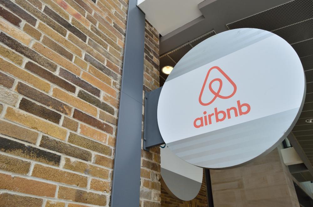 airbnb logo image